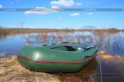 Schlauchboot an der Küste Fluss | Foto mit hoher Auflösung |ID 3245168