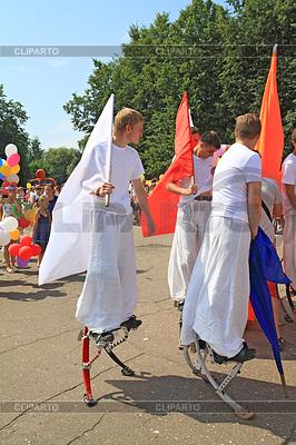 Unbekannte Männer auf Stelzen an der Parade | Foto mit hoher Auflösung |ID 3248776