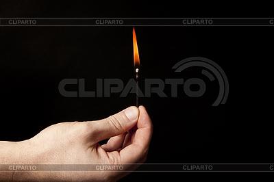Рука палкой горящую спичку на черном фоне | Фото большого размера |ID 3241035