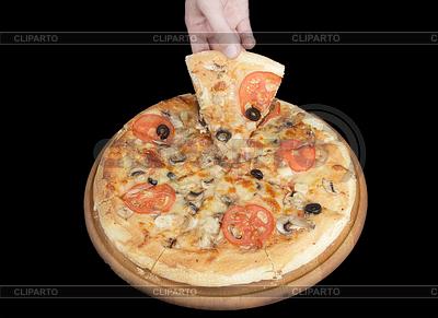 在黑色背景上的美味比萨和手 | 高分辨率照片 |ID 3241898