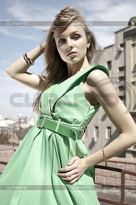 Mode-Modell im grünen Kleid | Foto mit hoher Auflösung |ID 3341105