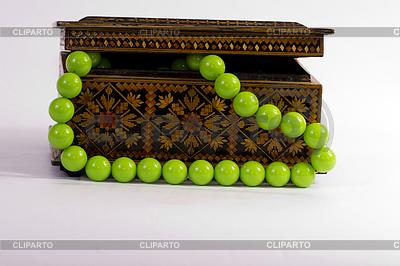 Alte hölzerne Box für Schmuck und grüne Perlen | Foto mit hoher Auflösung |ID 3270686