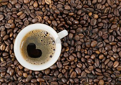 Tło z ziaren kawy i filiżanka kawy | Foto stockowe wysokiej rozdzielczości |ID 3132292