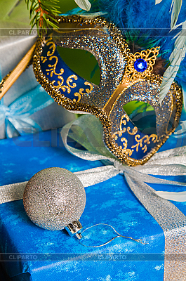 Christmas gift box i maski karnawałowe | Foto stockowe wysokiej rozdzielczości |ID 3133704