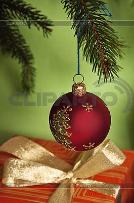 Weihnachtskugel und Geschenk   Foto mit hoher Auflösung  ID 3133705