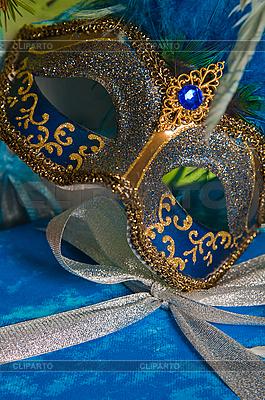 Box mit Weihnachtsgeschenk und Karneval-Maske | Foto mit hoher Auflösung |ID 3133706