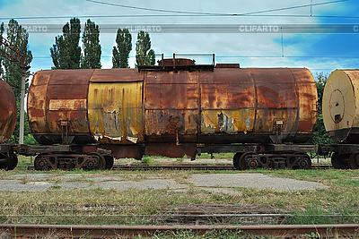 Zug transportiert alten Tanks | Foto mit hoher Auflösung |ID 3155698