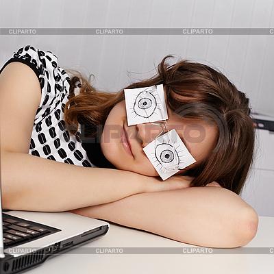 Woman sleeps in the office during working hours   Foto stockowe wysokiej rozdzielczości  ID 3144345