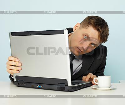 Młody mężczyzna wygląda wykluczonych witryn w internecie | Foto stockowe wysokiej rozdzielczości |ID 3145549