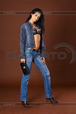 Junge Frau im modischen Jeans mit Handtasche | Foto mit hoher Auflösung |ID 3145879