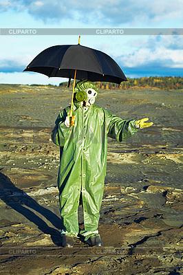 우산과 가스 마스크에 남자 산성비 대기 | 높은 해상도 사진 |ID 3147017