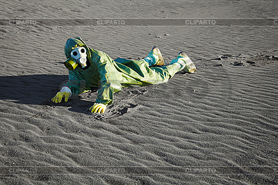 Man in gas masks crawling on poisoned soil | 높은 해상도 사진 |ID 3147070