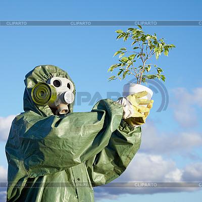 Человек в противогазе с растением | Фото большого размера |ID 3147071