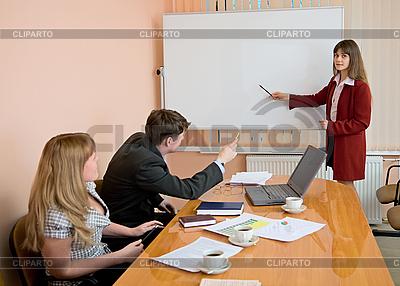 Młoda kobieta mówić na posiedzeniu | Foto stockowe wysokiej rozdzielczości |ID 3147418