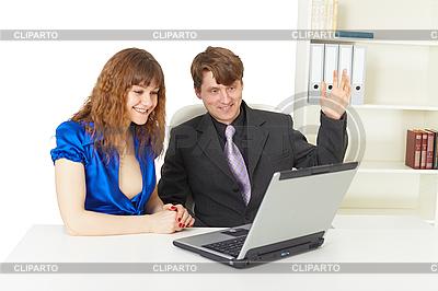 男人和女人快乐看笔记本电脑屏幕 | 高分辨率照片 |ID 3149776