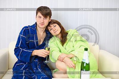 Junges Paar in Bademänteln auf dem Sofa | Foto mit hoher Auflösung |ID 3153591