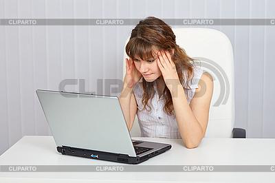 Ein Student der Vorbereitung auf Prüfung mit Laptop | Foto mit hoher Auflösung |ID 3153619