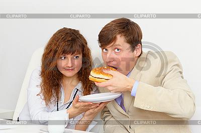 秘书喂养他的老板在工作场所 | 高分辨率照片 |ID 3153698