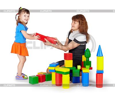 Kleines Mädchen mit Mutter spielt mit farbigen Blöcken | Foto mit hoher Auflösung |ID 3153869