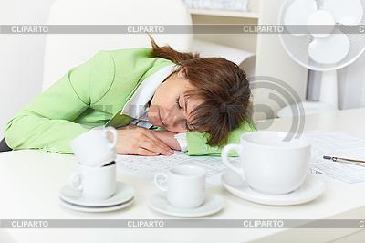 Сотрудник заснул, несмотря пьют кофе | Фото большого размера |ID 3156446