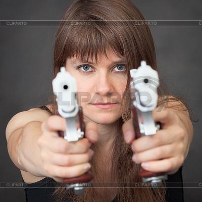 Poważna dziewczyna ma dwa pistolety | Foto stockowe wysokiej rozdzielczości |ID 3156461