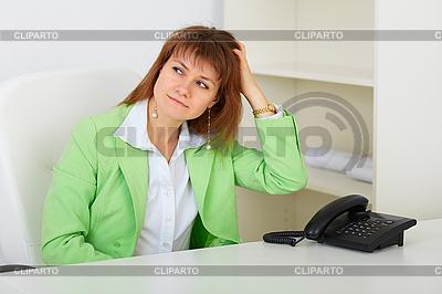 Kobieta myśli o czymś | Foto stockowe wysokiej rozdzielczości |ID 3156541