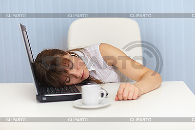 젊은 여자가 직장에서 노트북 키보드에 잠 | 높은 해상도 사진 |ID 3159758