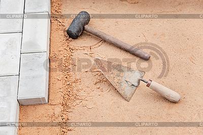 Herramientas del alba il en la arena paleta y el - Herramientas de albanil ...