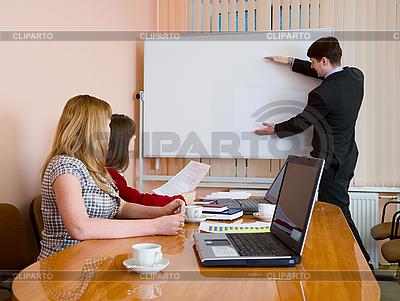 Junger Mann, um bei Treffen sprechen | Foto mit hoher Auflösung |ID 3160948