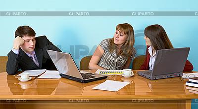 Biznesmen zasnął posiedzenia na posiedzeniu | Foto stockowe wysokiej rozdzielczości |ID 3160973