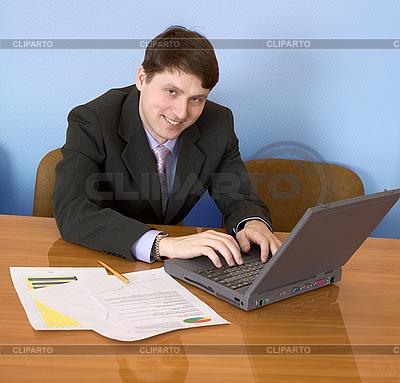 사업가 노트북과 함께 테이블에 앉아 | 높은 해상도 사진 |ID 3160988