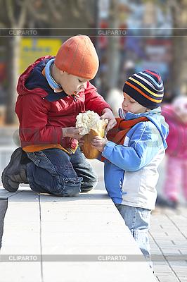 Brüder teilen das Brot für die Wanderung | Foto mit hoher Auflösung |ID 3155630