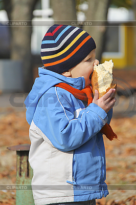 Junge isst Brot | Foto mit hoher Auflösung |ID 3155633