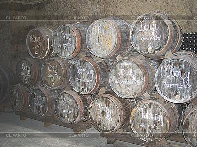 Bardzo stare beczki do transportu wina | Foto stockowe wysokiej rozdzielczości |ID 3156183