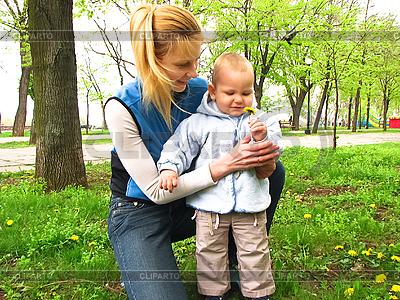 Mutter und Sohn auf Spaziergang im Park | Foto mit hoher Auflösung |ID 3173463