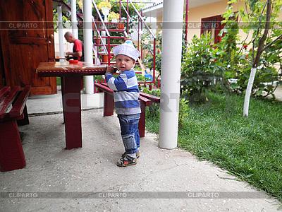 好奇的小孩在院子里的房子   高分辨率照片  ID 3176332