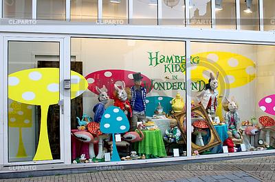 孩子在Gorinchem店铺的商品展示窗口 | 高分辨率照片 |ID 3317103