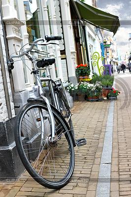 Fahrrad in der Nähe eines Geschäfts in Gorinchem geparkt | Foto mit hoher Auflösung |ID 3318877