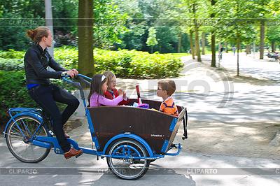 Junges Mädchen transportiert Kinder im Wagen | Foto mit hoher Auflösung |ID 3367877