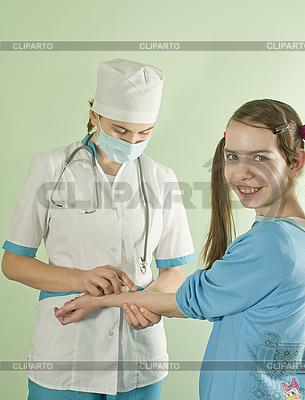 여자 의사는 십 대 소녀 미소를 주입하는 | 높은 해상도 사진 |ID 3162698