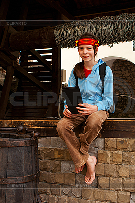 Teenie-Mädchen mit elektronischen Buch draußen sitzen | Foto mit hoher Auflösung |ID 3163169