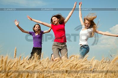 Teen girl jumping at wheat field | 높은 해상도 사진 |ID 3320400