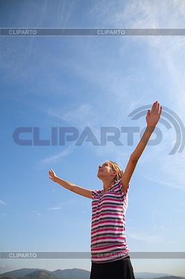 제기 손으로 체류 십 대 소녀 | 높은 해상도 사진 |ID 3346198