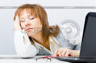 Mitarbeiter schläft auf dem Laptop | Foto mit hoher Auflösung |ID 3214382