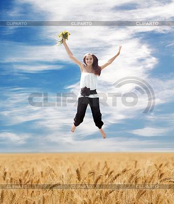 여름 필드 위에 비행 소녀 | 높은 해상도 사진 |ID 3275591