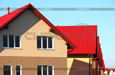Dom z dachu wykonane z płytek | Foto stockowe wysokiej rozdzielczości |ID 3323199