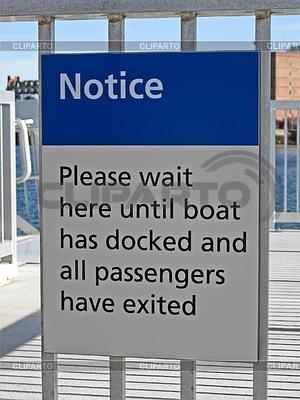 Passagiere warten auf Austritt von Bord als Hinweis auf | Foto mit hoher Auflösung |ID 3343686