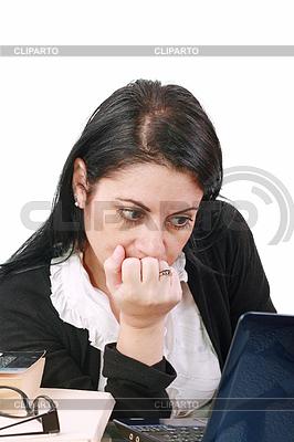 Pracownik biurowy z zamyślonym spojrzeniem przed laptopem | Foto stockowe wysokiej rozdzielczości |ID 3360297