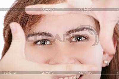 Frau schaut durch Rahmen aus durch ihre Hände | Foto mit hoher Auflösung |ID 3360558