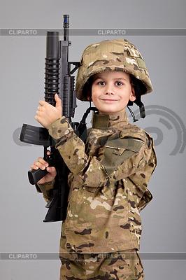 年轻的男孩穿着像士兵用步枪   高分辨率照片  ID 3377566